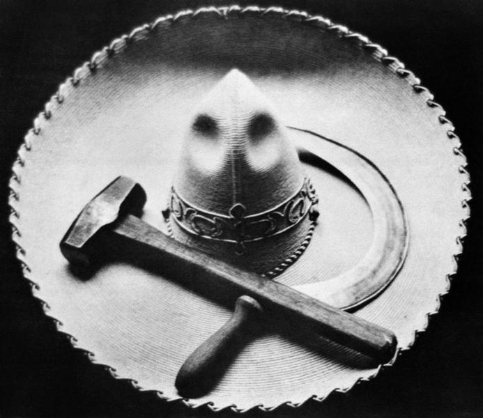 Falce, martello e sombrero, Messico, 1927 Tina Modotti Archivio Fotografico Cinemazero Images, Fondo Tina Modotti