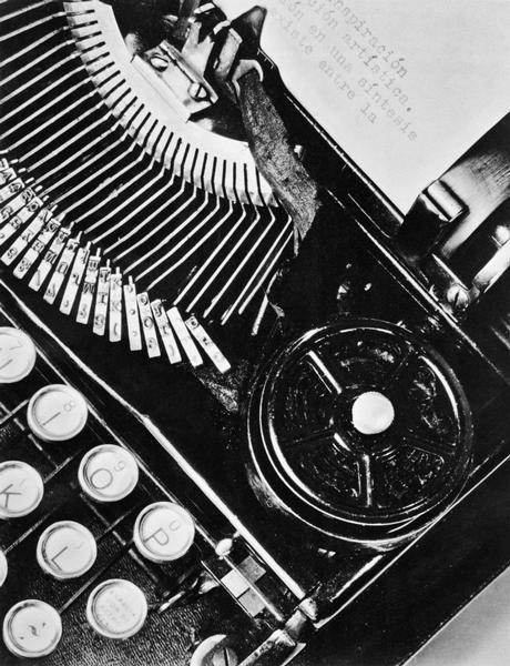 Macchina da scrivere, Messico, 1928 Tina Modotti Archivio Fotografico Cinemazero Images, Fondo Tina Modotti