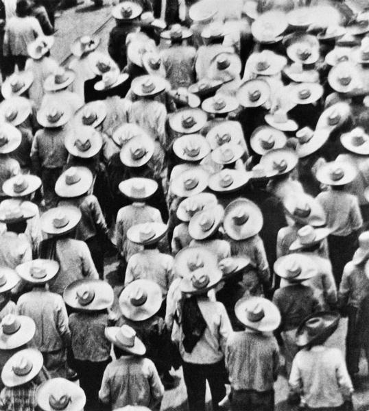 Marcia di campesinos, Messico, 1928 Tina Modotti Archivio Fotografico Cinemazero Images, Fondo Tina Modotti