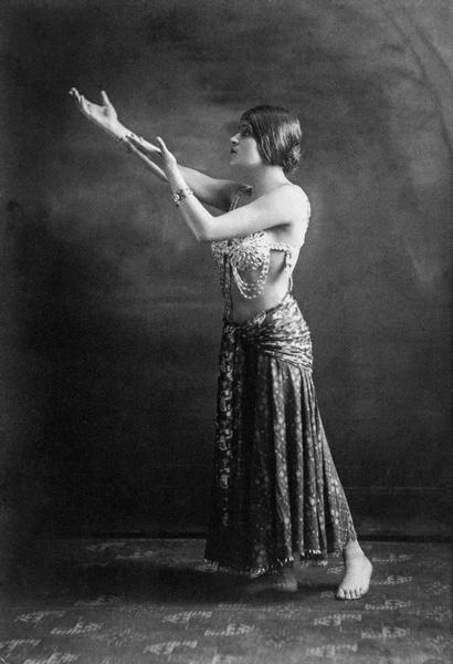 Tina Modotti a Hollywood, Los Angeles (USA), 1920 - 1921 Anonimo Archivio Fotografico Cinemazero Images, Fondo Tina Modotti