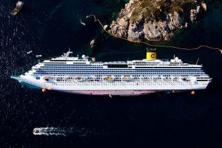Isola del Giglio, Grosseto, 2012. La Costa Concordia sugli scogli davanti alle Mole © Massimo Sestini